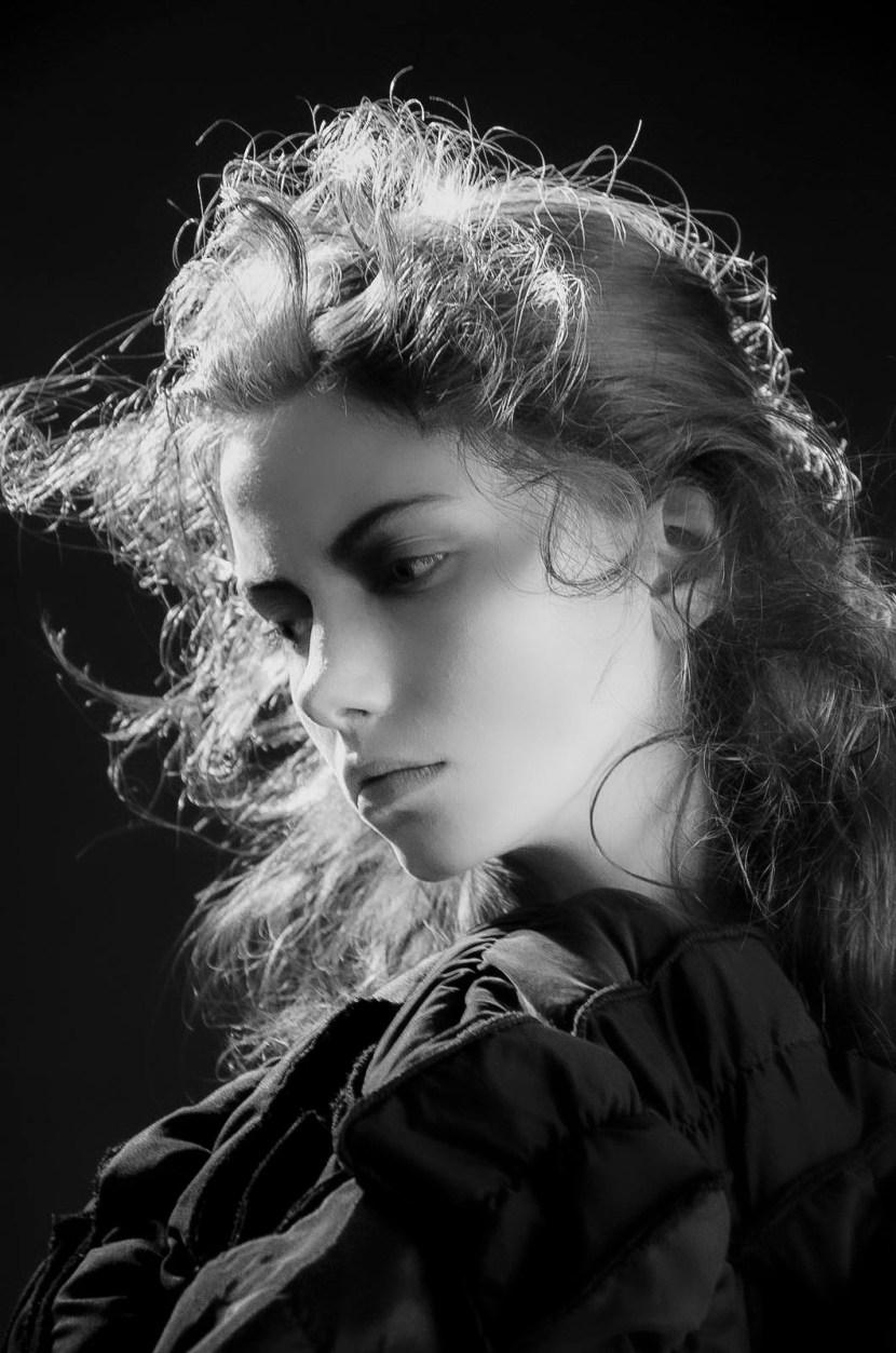 ung kvinnlig fotomodell i svartvitt