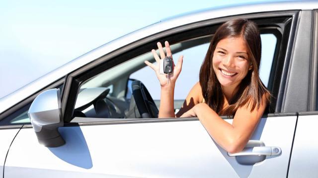 Mujeres manejando sus autos.