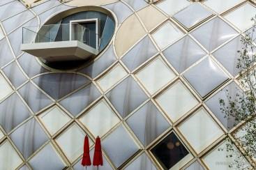 Swatch Gebäude Detail mit roten Sonnenschirmen