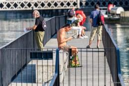 Die Menschen geniessen die Spätsommersonne beim Reusswehr in Luzern
