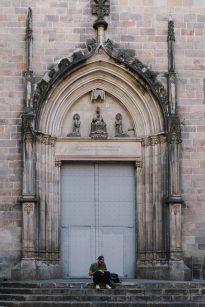 Barcelona hat diverse Kirchen und sakrale Bauten in ihrer Innenstadt zu bieten. Diese Treppe bietet den perfekten Ort für eine Ruhepause.