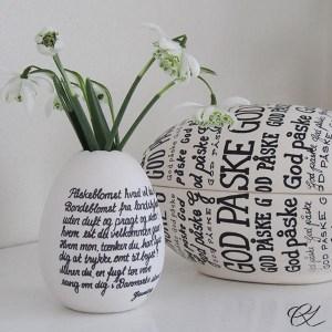 Æggeformet porcelænsvase og keramikæg med påskevers