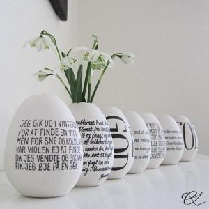 Æggeformede porcelænsvaser med gækkevers.