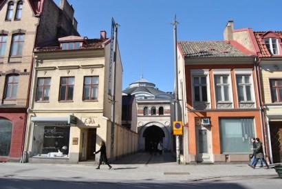 Hippodromens entré är inkilad mellan Djäknegatshusen i Malmö