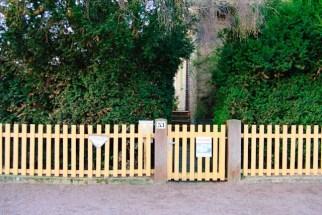 Äldre klassiskt trästaket och grind / Classic wooden gate and fence