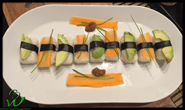 Nigiri mit Avocado und Karotten mit Schnittlauch und Umeboshipaste