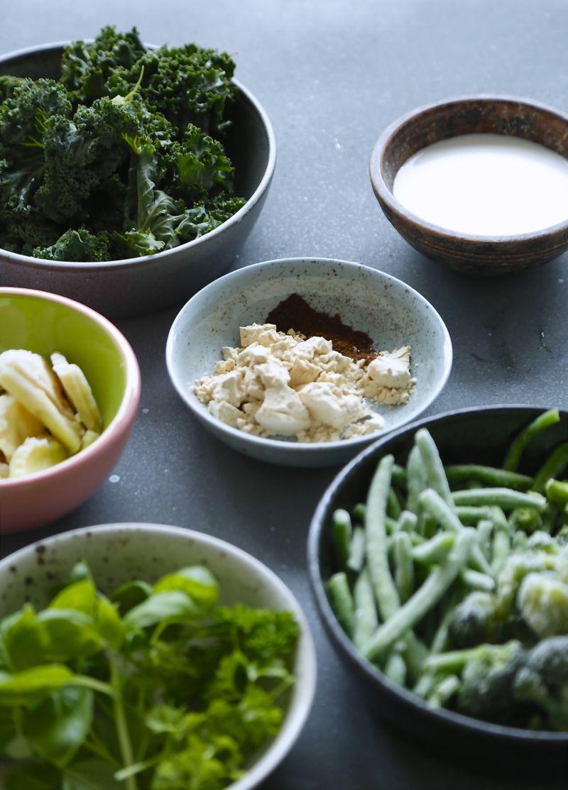Smoothie bowl med grønkål og friske krydderurter2