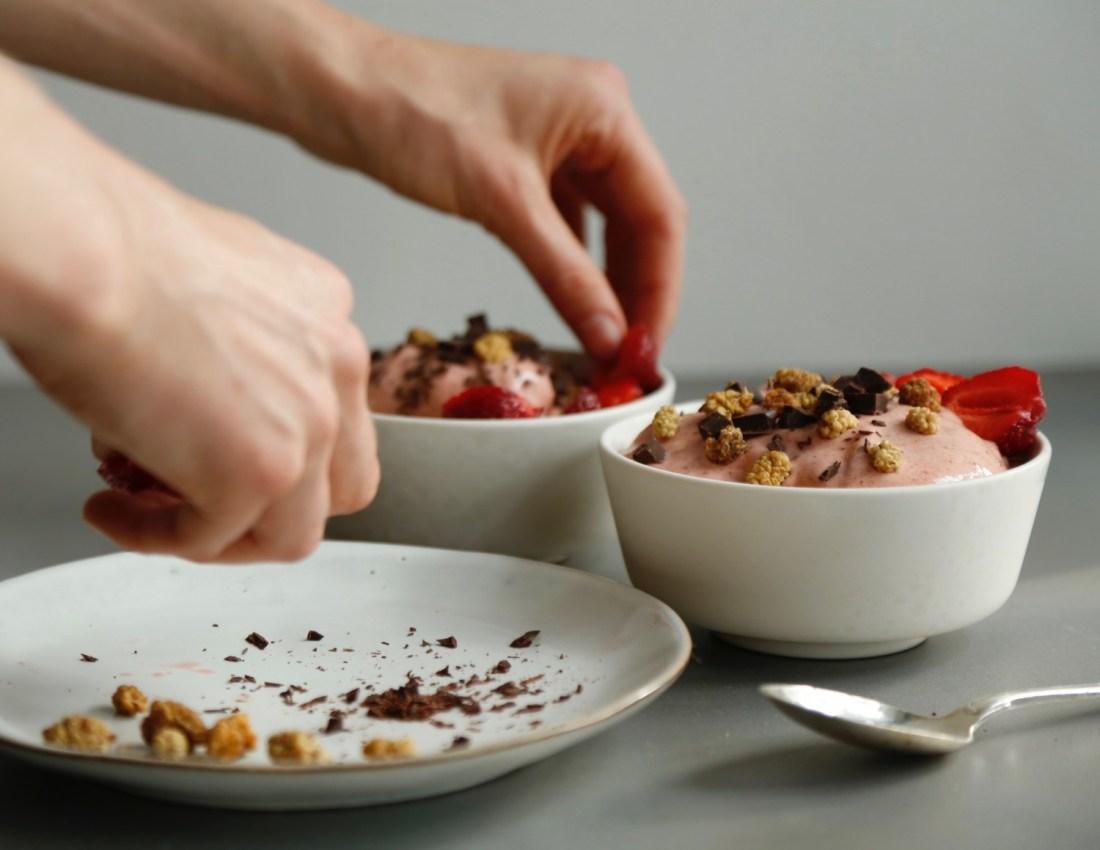 Simpel (og vanedannende) jordbærsmoothie med softice-konsistens3