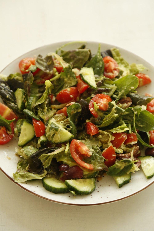 SUND HVERDAGSMAD: Let salat med avokadodressing