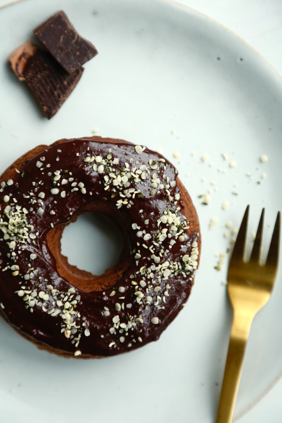 chokoladedonuts-med-chokoglasur-og-krymmel-veganske-glutenfri-1-1