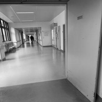 Feng Shui im Krankenhaus - kahler Flur mit Wartebreich