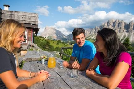Südtirol, Einkehr in der Hütte, schöne Aussicht auf die Berge rundherum