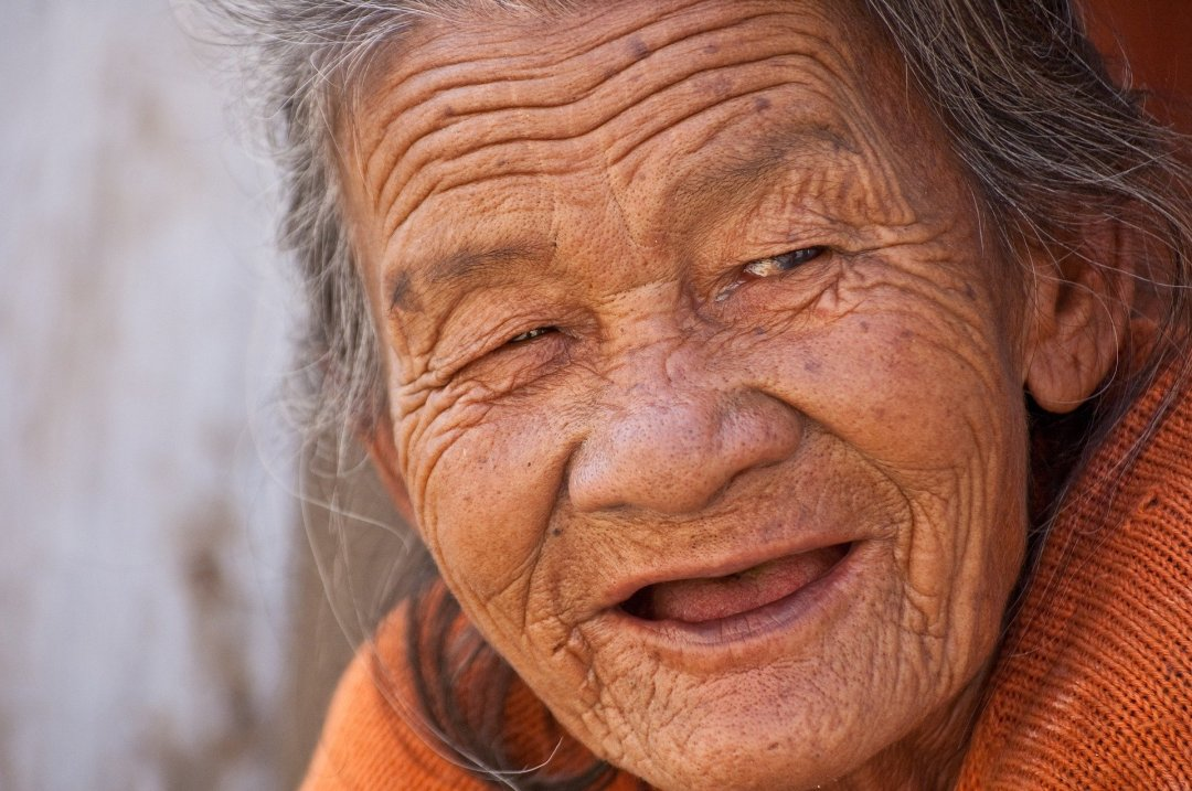 vieille femme - Le jeune homme et la vieille dame