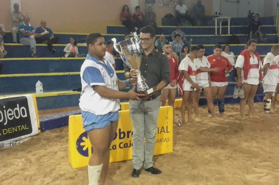 Entrega de premios por la final de Lucha Canaria.
