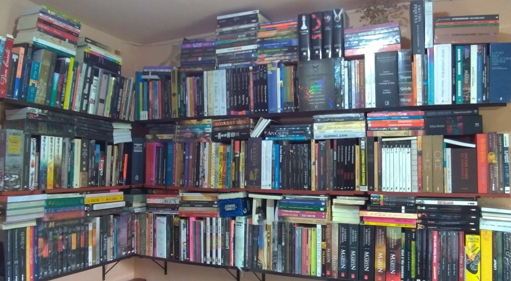 Minhas prateleiras de livros com cerca de 900 títulos.