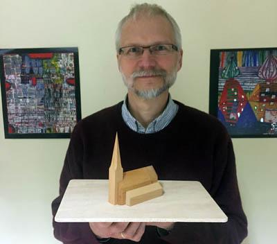 Ehrenfried Held mit einem Holz-Modell der Christus-Kirche