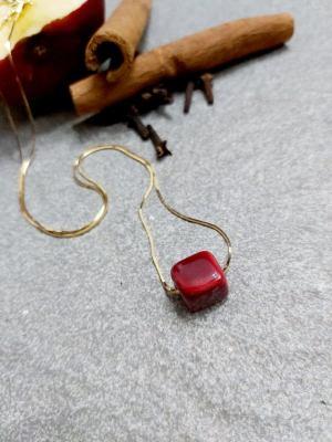 Κολιέ με Αλυσίδα Πλακέ από ασήμι 925° Επιχρυσωμένο και Κύβο από Πορσελάνη σε Βουργουνδί Χρώμα