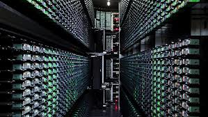 quelques exemplaires des  avenues d'ordinateurs dans le data center de Google