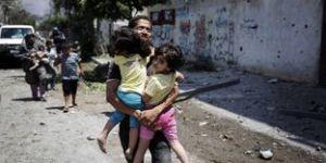 4460316_3_ff6e_un-palestinien-fuit-avec-ses-deux-enfants-a_762ea8ef7c2184be1aba061102ec62e1