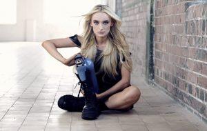 Bernadette Hagans: Το κορίτσι με το χρωματιστό προσθετικό πόδι