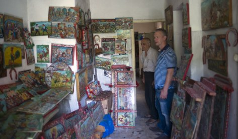 Marco Snikkers visiting the collection of Sicilian carts belonging to Master Domenico di Mauro.