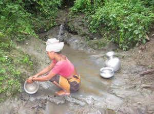 গ্রামের কোথাও নলকূপ নেই। গ্রামের সবাই ঝিরির পানি ব্যবহার করে। ছবিটি বুদ্ধমা পাড়া থেকে তোলা