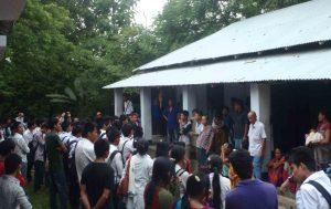 বাবুছড়া উচ্চ বিদ্যালয়ে আশ্রিত বিজিবি কর্তৃক উচ্চেদকৃত পরিবারগুলোর সাথে কথাবার্তা বলছেন ছাত্র-ছাত্রীরা