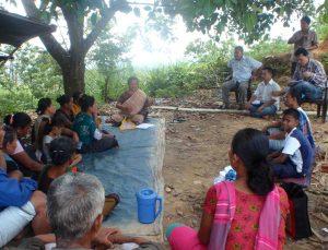 তদেকমারা কিজিং পরিদর্শনকালে স্থানীয় লোকজনের সাথে আলোচনা করছেন প্রতিনিধি দলের নেতৃবৃন্দ
