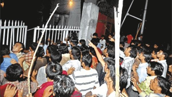 # জিমনেশিয়ামে স্থাপিত অস্থায়ী সেনা ক্যাম্পে বিক্ষুব্ধ ছাত্রদের ঘেরাও, ২০ আগস্ট ২০০৭