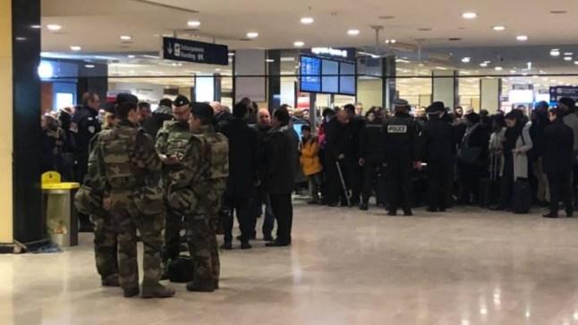الأمن الفرنسي يوقف سيدة بمطار باريس اشتبه في حملها قنبلة أثناء رحلتها إلى المغرب..
