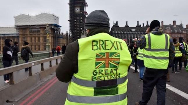 مئات البريطانيين يحتجون بسترات صفراء في مظاهرة ضد التقشف