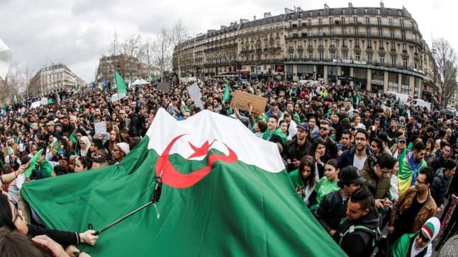 """تحت شعار """"ترحلوا يعني ترحلوا"""".. الجزائريون يخرجون في مسيرة غد الجمعة.."""