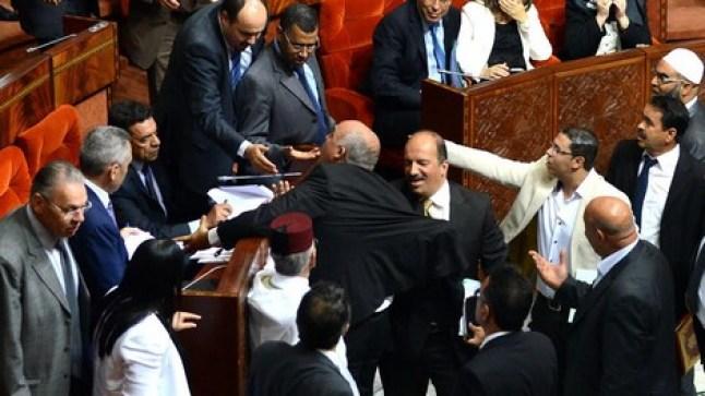 البرلمان المغربي في حالة فوضى.. ومشاحنات تنتهي بالاعتداء الجسدي!
