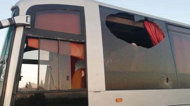 حافلة لجمهور الوداد تتعرض  للهجوم بالحجارة مباشرة بعد نزولهم بمطار قرطاج!