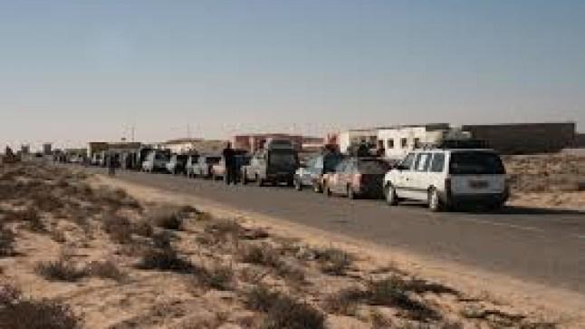 شاب صحراوي يشل حركة المرور بمعبر الكركرات البري..