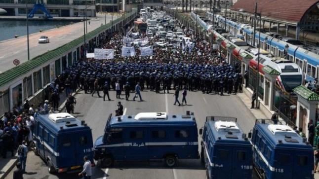 الشرطة الجزائرية توقف متظاهرين جزائريين في الجمعة الـ15 من بدء الثورة الجزائرية..