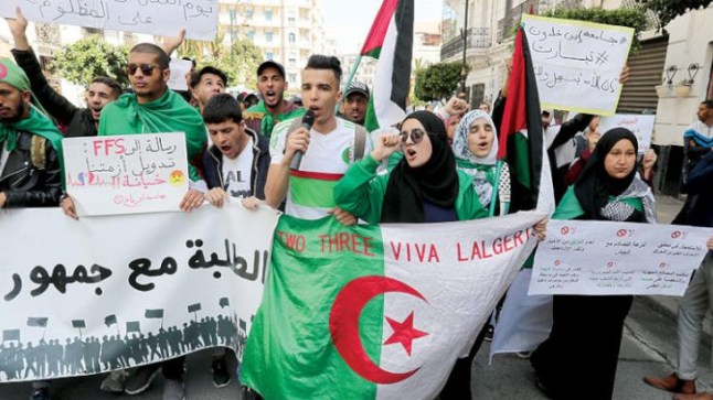الجزائر: مظاهرات حاشدة احتجاجا على إجراء الانتخابات الرئاسية قبل رحيل باقي رموز نظام حكم بوتفليقة..