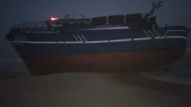 سفينة شحن مصرية ترسو بشكل مفاجئ بسواحل الداخلة..
