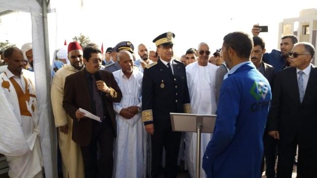 بالصور. عامل إقليم بوجدور يشرف على مراسيم تحية العلم الوطني ويقدم تجهيزات لخريجي معاهد التكوين المهني