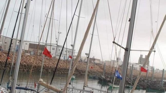 يخوت مشاركة في اللحاق الدولي بين جزيرة لانزاروتي وطرفاية ترسو على سواحل الصحراء