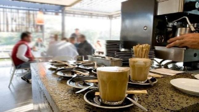 قرار تمديد إغلاق المحلات في الثامنة مساء يُغضب أرباب المقاهي والمطاعم ويدفعهم للتلويح بالتصعيد
