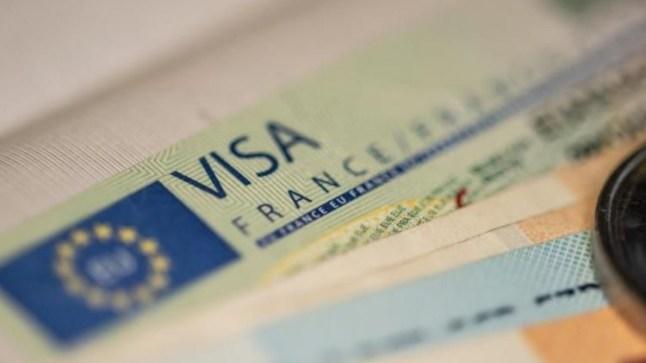 فرنسا تقرر خفض عدد التأشيرات الممنوحة للمغاربة إلى 50 %