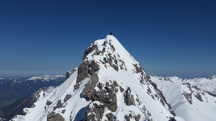 mountain-summit-1375015_1280