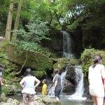 水遊びでいっぱいの徳仙の滝