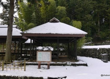 雪の残る萩往還をほんのちょっと歩いてきた。その4つららが下がっていた六軒茶屋跡