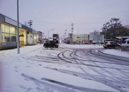 雪の日の朝、電車で会社へ。