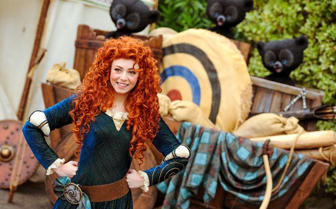 Аниматор в образе принцессы Мериды из мультфильма «Храбрая сердцем».