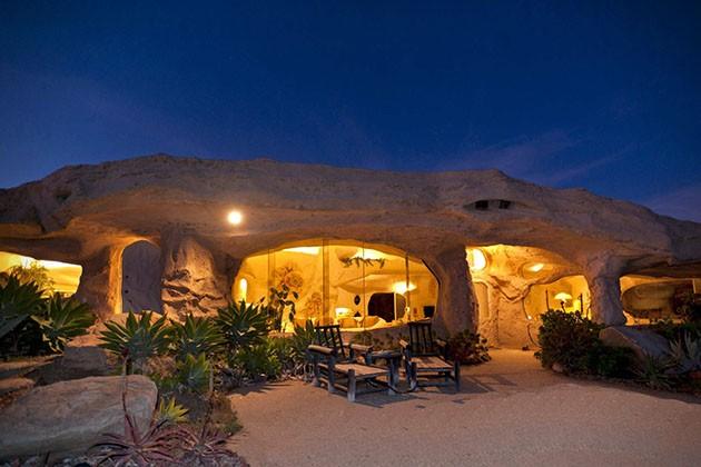 Dick-Clarks-Flintstones-House-in-Malibu-2-934x