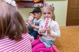 занятие по английскому языку в детском центре, работа с карточками