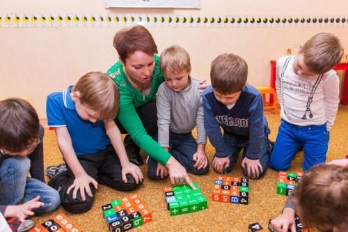 подготовка к школе, счет в столбик, кубики, детский центр, занятие
